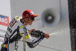 Podium: race winner Valentino Rossi, Fiat Yamaha Team celebrates with champagne