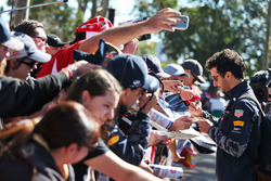 Даниэль Риккардо, Red Bull Racing раздает автографы фанатам