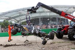 Машина McLaren MP4-31 Фернандо Алонсо, McLaren эвакуируют после аварии