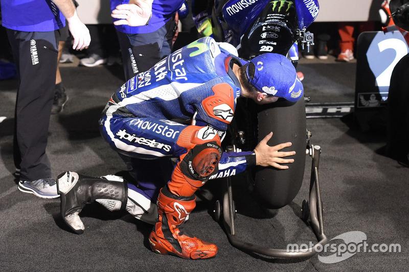 Хорхе Лоренсо в закритому парку цілує колесо після перемоги на Гран Прі Катара