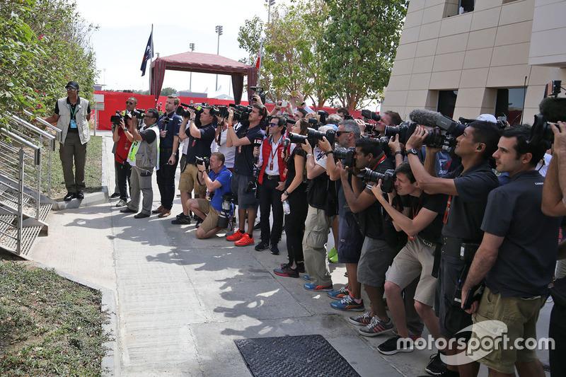 Журналисты дожидаются руководителей команд