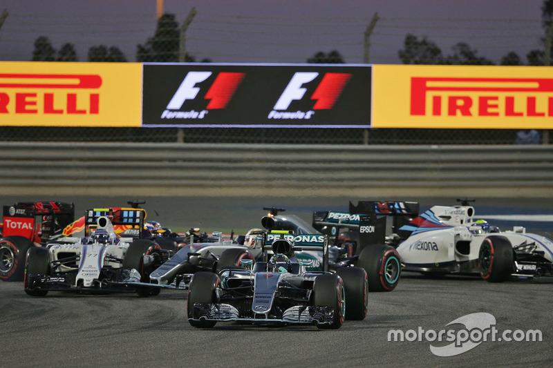 Azione alla partenza: Nico Rosberg, Mercedes AMG F1 Team W07, e il contatto tra Valtteri Bottas, Williams FW38 e Lewis Hamilton, Mercedes AMG F1 Team W07
