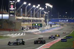 Nico Rosberg, Mercedes AMG F1 Team W07 y Stoffel Vandoorne, McLaren MP4-31