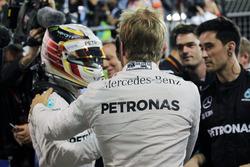 Ganador de la carrera Nico Rosberg, Mercedes AMG F1 celebra en parc ferme con el tercer puesto Lewis Hamilton, Mercedes AMG F1