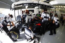 Stoffel Vandoorne, McLaren MP4-31 en el garaje