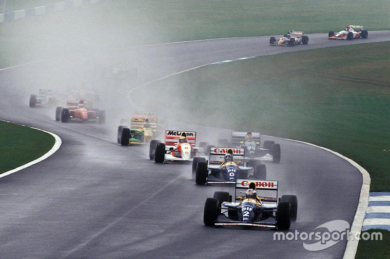 En la curva 4: Senna pasa a Schumacher y a Wendlinger.
