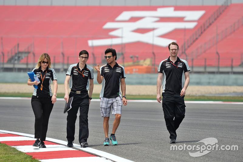 Sergio Perez, Sahara Force India F1 camina el circuito con el equipo