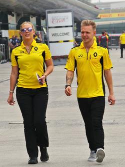 Kevin Magnussen, Renault Sport F1 Team, mit Aurelie Donzelot, Renault Sport F1 Team, Pressesprecherin