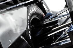 Detalle de suspensión y neumáticos Firestone
