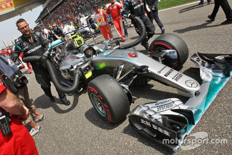 Nico Rosberg, Mercedes AMG F1 Team W07 en la parrilla