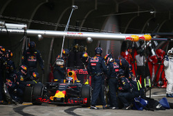 Daniel Ricciardo, Red Bull Racing RB12 pit stop
