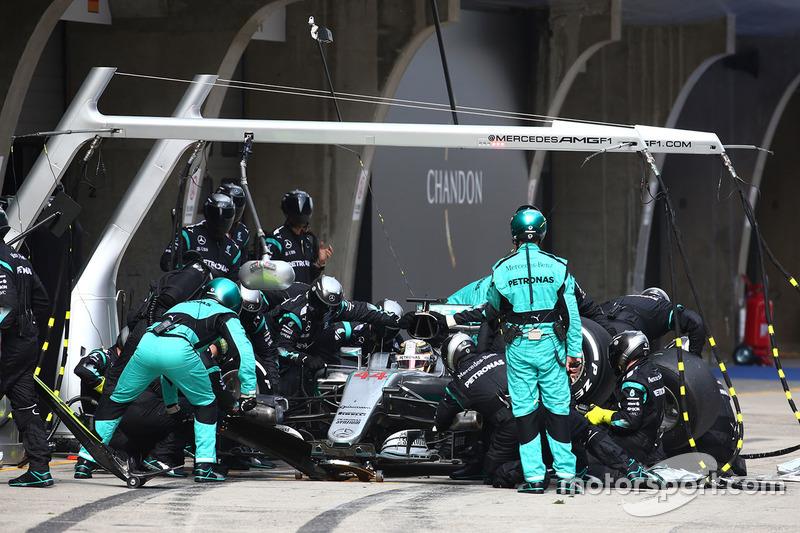 Lewis Hamilton, Mercedes AMG F1 Team W07  parada en boxes