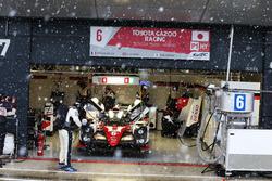 Stephane Sarrazin, Mike Conway, Kamui Kobayashi, #06 Toyota Gazoo Racing Toyota TS050 Hybrid tijdens een sneeuwstorm in de pitstraat