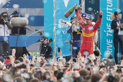 Подиум: победитель - Лукас ди Грасси, ABT Schaeffler Audi Sport
