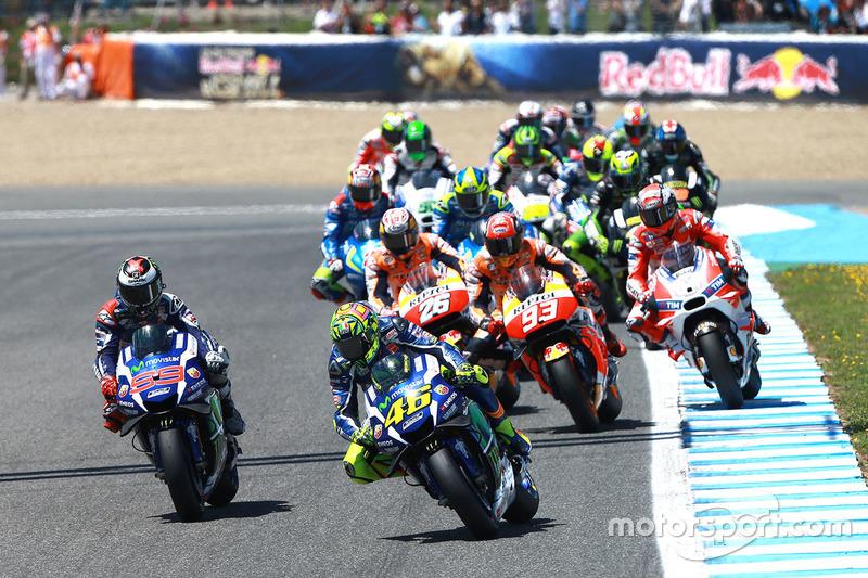 Valentino Rossi, Yamaha Factory Racing, prende il comando alla partenza