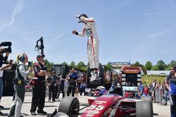 Le vainqueur Santiago Urrutia, Schmidt Peterson Motorsports
