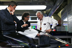 Charlie Whiting, delegado de la FIA inspecciona el aeroscreen de Red Bull Racing RB12