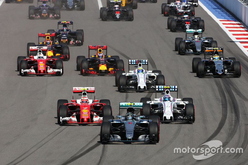 Nico Rosberg, Mercedes AMG F1 Team W07 lidera el inicio de la carrera