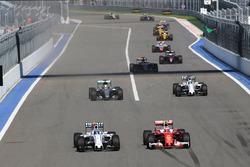 Valtteri Bottas, Williams FW38, und Kimi Räikkönen, Ferrari SF16-H