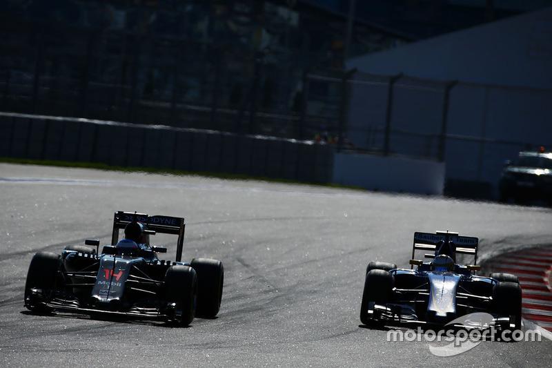 Fernando Alonso, McLaren MP4-31 y Marcus Ericsson, Sauber C35