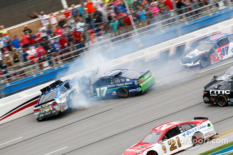 A corrida foi marcada por grandes acidentes, como este de Ricky Stenhouse Jr. e Kevin Harvick quase na linha de chegada