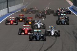 Нико Росберг, Mercedes AMG F1 Team W07 лидирует в начале гонки