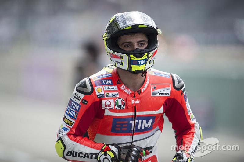 Andrea Iannone corre na busca da moto reserva após queda durante classificação