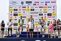 Podium SuperSports 600cc: juara lomba Zaqhwan Zaidi, peringkat kedua Azlan Shah Kamaruzaman, peringkat ketiga Yuki Takahashi