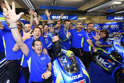 Maverick Viñales, Team Suzuki MotoGP celebrates third place with team