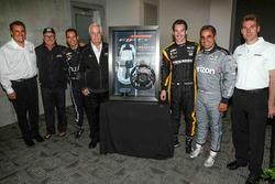 Roger Penske con el Camaro SS edición 50 aniversario 2017; volante del pace car  y los pilotos Simon Pagenaud, Juan Pablo Montoya, Will Power, Rick Mears y Helio Castroneves