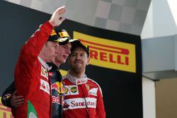 Het podium: Kimi Raikkonen, Ferrari, tweede; Max Verstappen, Red Bull Racing, winnaar; Sebastian Vettel, Ferrari, derde