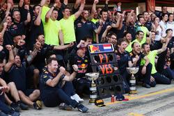 Победитель гонки Макс Ферстаппен, Red Bull Racing празднует с командой