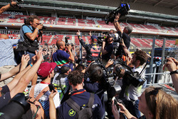 Победитель гонки Макс Ферстаппен, Red Bull Racing празднует с фанатами