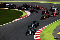 Nico Rosberg, Mercedes AMG F1 W07 Hybrid vor Lewis Hamilton, Mercedes AMG F1 W07 Hybrid; Daniel Ricciardo, Red Bull Racing beim Start zum Rennen