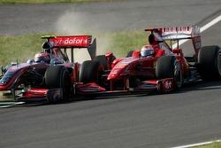 Heikki Kovalainen, McLaren Mercedes y Giancarlo Fisichella, Scuderia Ferrari, salen de pitlane