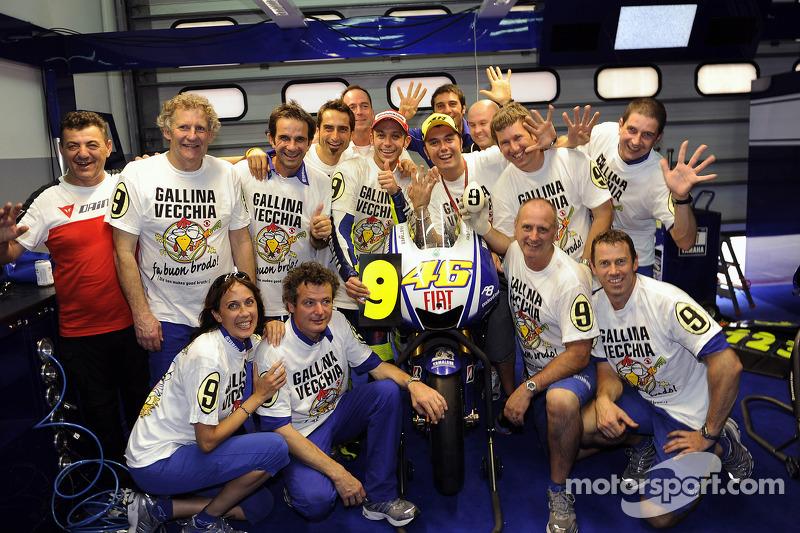 Campeón 2009 de MotoGP Valentino Rossi, Fiat Yamaha Team celebra con el equipo