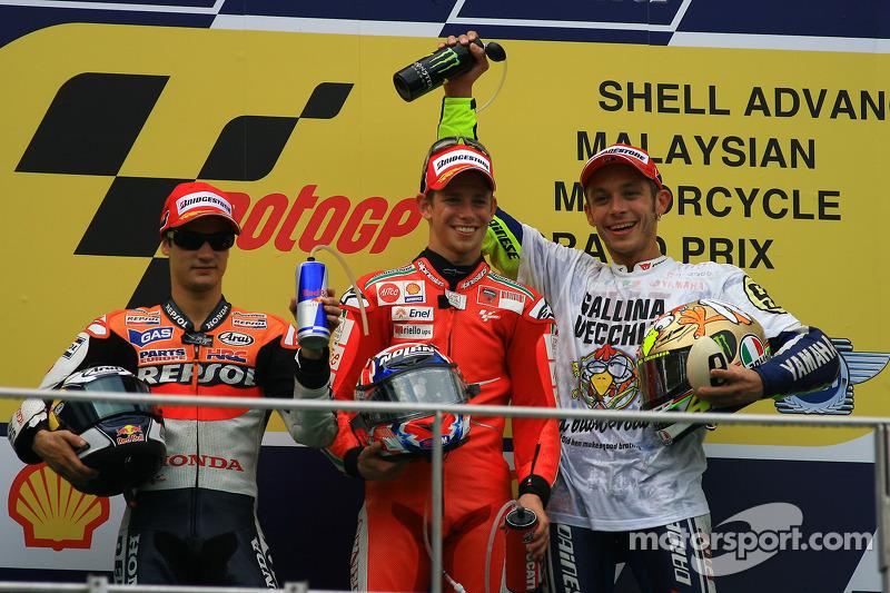 Подіум: переможець гонки Кейсі Стоунер, Ducati Marlboro Team, друге місце Дані Педроса, Repsol Honda Team, третє місце чемпіон MotoGP 2009 року Валентино Россі, Fiat Yamaha Team