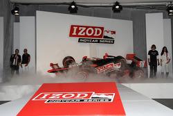 La voiture IZOD IndyCar Series est présentée