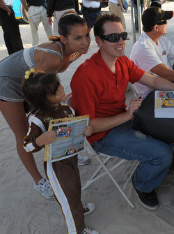Kyle Busch prend une photo avec les fans
