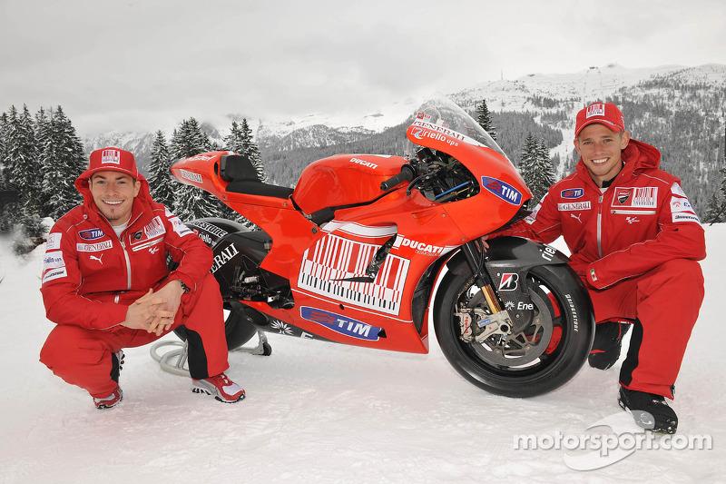 Nicky Hayden y Casey Stoner presentan la nueva Ducati Desmosedici GP10