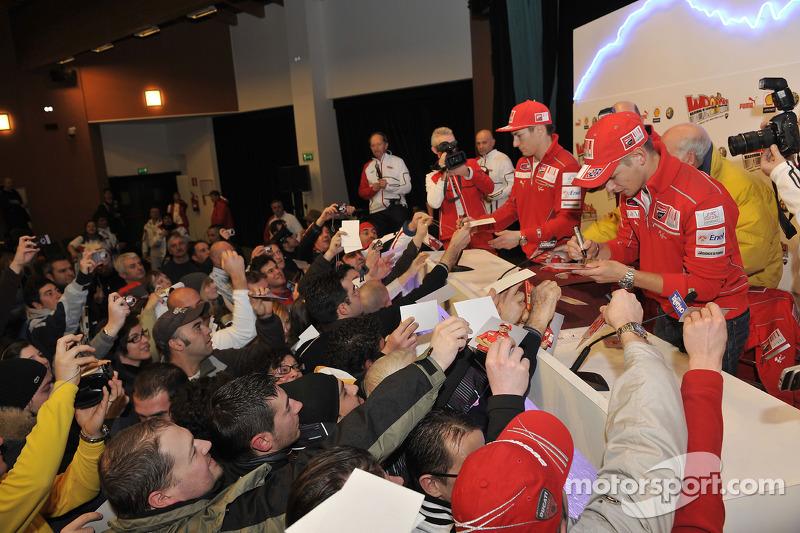 Casey Stoner et Nicky Hayden rencontrent des fans