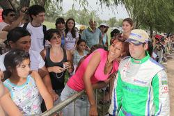 Miguel Barbosa pose avec une charmante fan