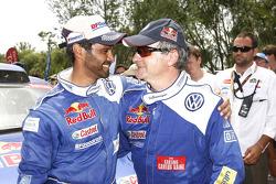 Carlos Sainz, vainqueur du Dakar 2010 dans la catégorie Autos célèbre son succès avec son dauphin, Nasser Al Attiyah