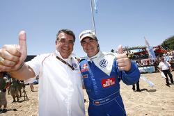 Auto's podium: 2010 Dakar Rally winnaar bij de auto's Carlos Sainz viert feest