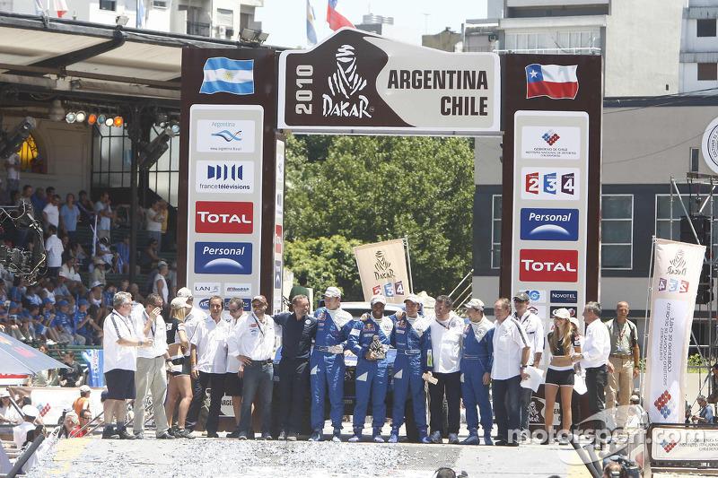 Auto's podium: tweede plaats Nasser Al Attiyah en Timo Gottschalk celebrates with Giniel De Villiers
