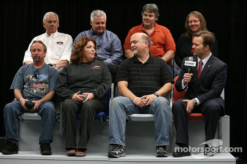 Marcus Smith (président du Charlotte Motor Speedway) invite les fans à tester quelques uns des presque 15 000 nouveaux sièges premium qui seront installés au premier rang le long du 1,5 mile du speedway