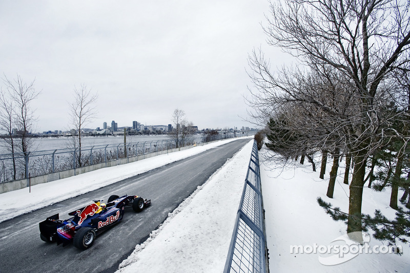 Sebastien Buemi in de Red Bull Racing F1 wagen in de sneeuw, Circuit Gilles-Villeneuve in Lac-à-l'Ea