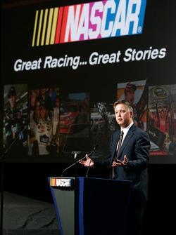 El presidente y CEO de NASCAR, Brian France se dirige a la prensa durante el NASCAR Sprint Media Tour 2010