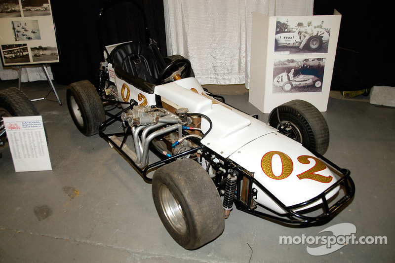 Une Midget 3/4 menée à tant de victoires dans les années 60 et 70 par Bob Dini, Tony Romit et Johnny Coy. Le moteur Crosley tient dans la partie droite, à l'inverse des Supermodified