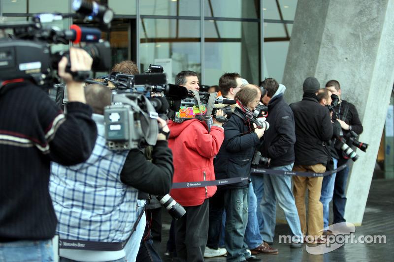 Les médias attendent Michael Schumacher et Nico Rosberg devant le Musée Mercedes